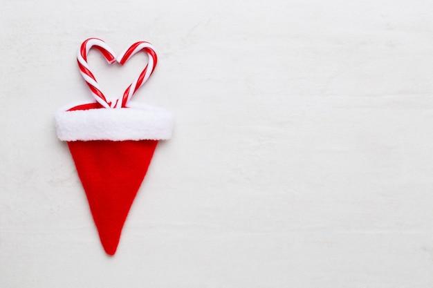 Kompozycja świąteczna. prezenty, ozdoby gwiazd na białym tle. boże narodzenie, zima, koncepcja nowego roku. leżał na płasko, widok z góry, miejsce na kopię.