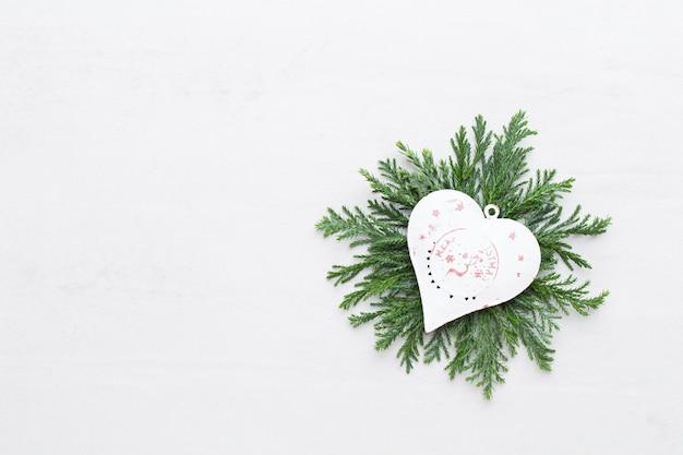 Kompozycja świąteczna. prezenty, szyszki dekoracje na białym tle. boże narodzenie, zima, koncepcja nowego roku. leżał z płaskim, widok z góry, miejsce na kopię .. leżał z płaskim. widok z góry.