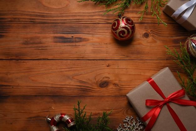 Kompozycja świąteczna. pudełka na prezenty świąteczne i gałęzie sosny na drewniane tła.
