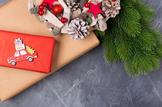 Kompozycja świąteczna. pudełko, jodła, drewniany samochodzik z mikołajem i tekst x-mas. pojęcie. leżał płasko, kopia przestrzeń