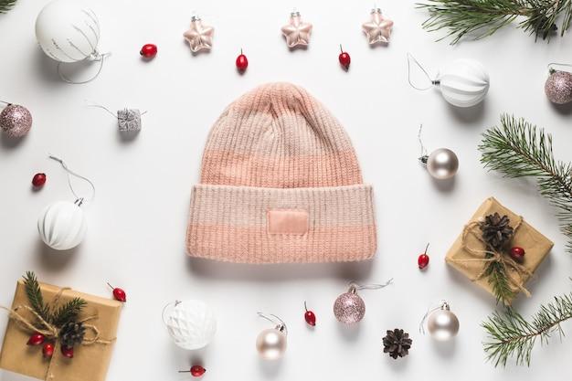 Kompozycja świąteczna. rama wykonana z prezentów świątecznych, gałęzi sosny, zabawek na białym stole. leżał na płasko, widok z góry, miejsce na kopię.
