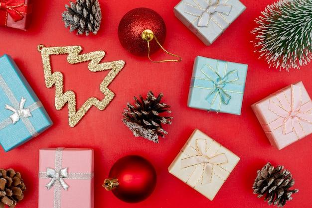 Kompozycja świąteczna. świąteczne pudełka na prezenty. elementy dekoracji na wakacje