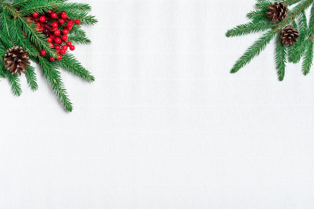 Kompozycja świąteczna. szyszki, gałęzie jodły na białym tle papieru. leżał na płasko, widok z góry, miejsce na kopię.