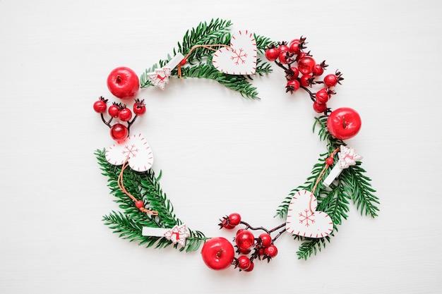 Kompozycja świąteczna. wieniec ramowy wykonany z prezentów świątecznych, gałęzi sosnowych, zabawek