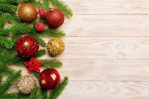 Kompozycja świąteczna wykonana z jodły, piłek i różnych dekoracji na drewnie. widok z góry adwent r