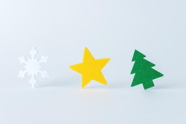 Kompozycja świąteczna wykonana z różnych rzeczy zimowych i noworocznych