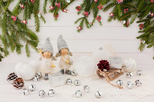 Kompozycja świąteczna z aniołami i dzwoneczkami