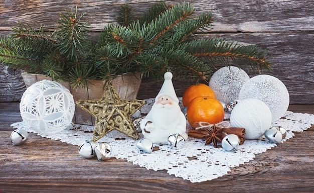 Kompozycja świąteczna z choinką, gnomem, bombkami.