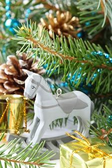 Kompozycja świąteczna z drewnianą zabawką koń na biegunach