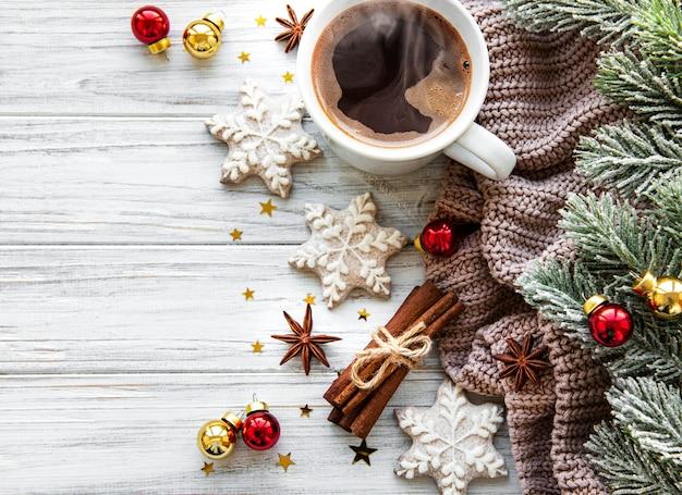 Kompozycja świąteczna z filiżanką kawy i dekoracjami