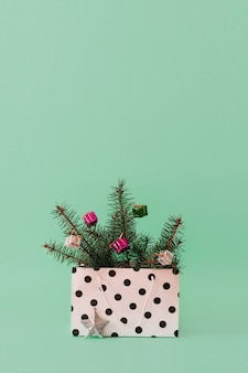 Kompozycja świąteczna z gałęzi drzew zimozielonych