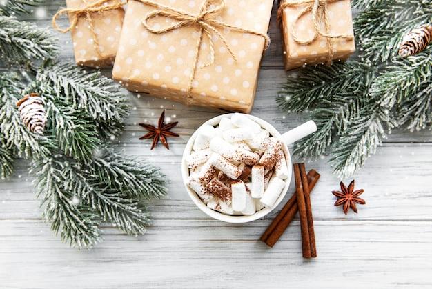 Kompozycja świąteczna z gorącą czekoladą i pudełkami prezentowymi
