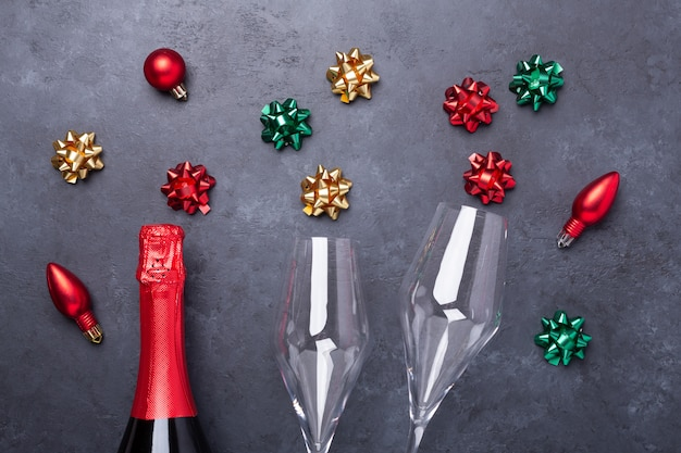Kompozycja świąteczna z kieliszkami i butelką szampana oraz kolorowymi kokardkami