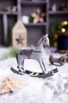 Kompozycja świąteczna z konikiem na biegunach