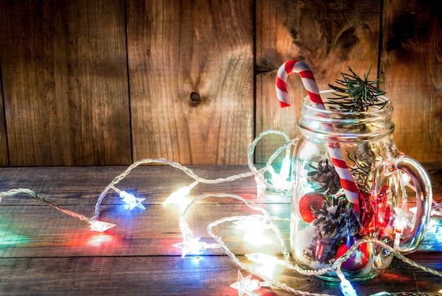 Kompozycja świąteczna z lekką girlandą i ozdobami