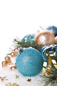Kompozycja świąteczna z niebieską piłką