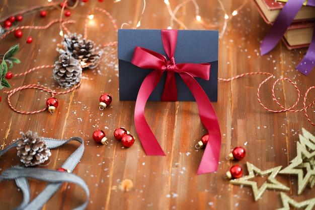 Kompozycja świąteczna z ozdobami i pudełkami na prezenty