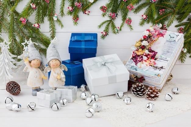 Kompozycja świąteczna z pudełkami i aniołami