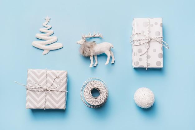 Kompozycja świąteczna z pudełkami z piłką, reniferem i prezentami