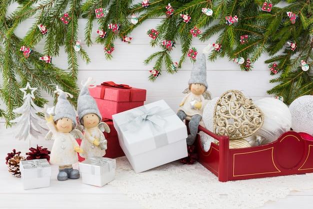 Kompozycja świąteczna z pudełkiem, choinką, aniołkami