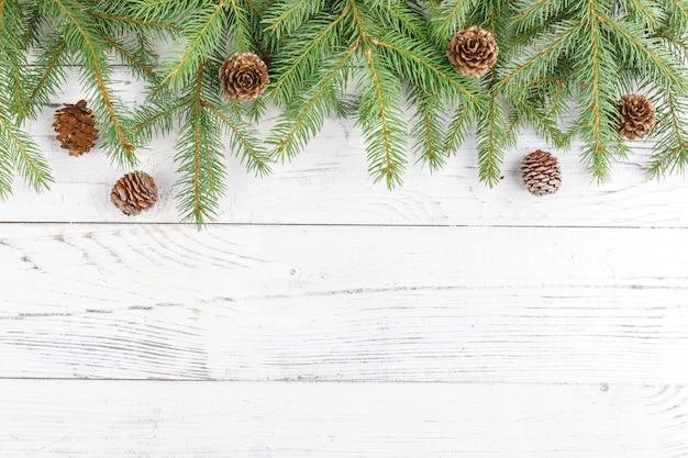 Kompozycja świąteczna z ramą z gałęzi jodłowych i szyszek sosny. leżał płasko, widok z góry