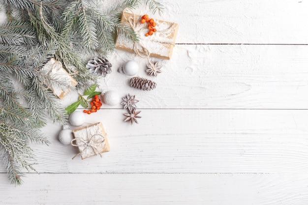 Kompozycja świąteczna z ramą z gałęzi jodłowych, ozdób choinkowych i szyszek sosny. leżał płasko, widok z góry