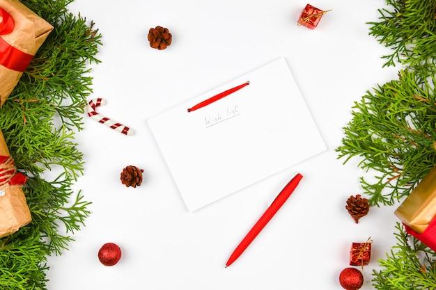 Kompozycja świąteczna z różnymi przedmiotami do pisania