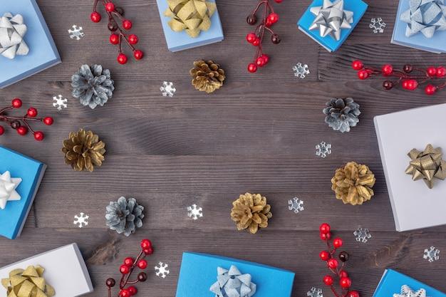 Kompozycja świąteczna z szyszkami, prezentami i jagodami