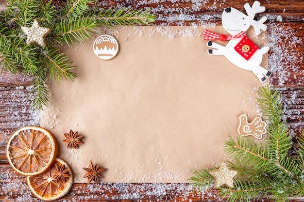 Kompozycja świąteczna z tekstem na papierze szczęśliwego nowego roku w centrum kadru.