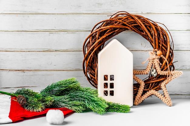 Kompozycja świąteczna z zabawkami drzewnymi i wieńcem na niebieskim tle