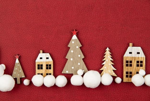 Kompozycja świąteczna z zabawkowymi drewnianymi domami