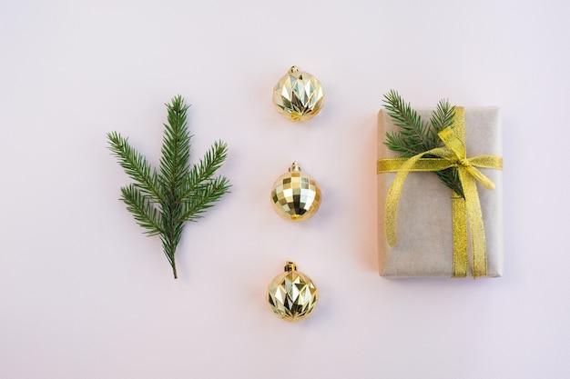 Kompozycja świąteczno-noworoczna. pudełko prezentowe i świąteczny wystrój na jasnym różu