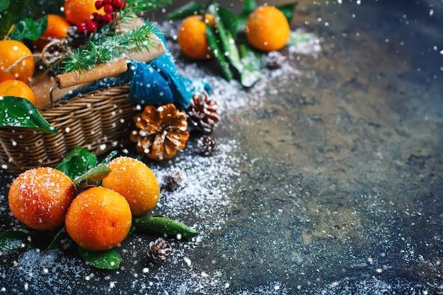 Kompozycja świąteczno-noworoczna ze świeżymi mandarynkami. .