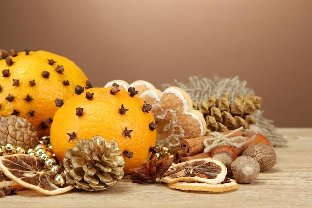 Kompozycja świątecznych przypraw i mandarynek na drewnianym stole