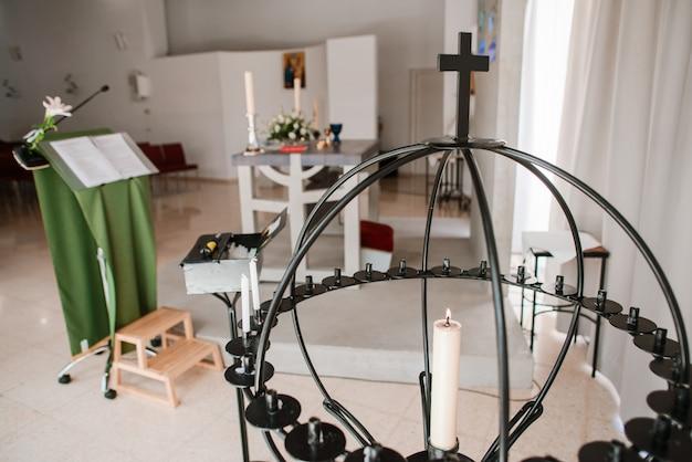 Kompozycja symboli katolickich w kościele.