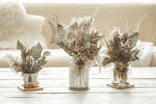 Kompozycja tła z wieloma różnymi suszonymi kwiatami w wazonach