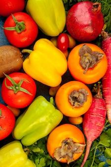 Kompozycja warzyw z widokiem z góry ze świeżymi owocami na niebieskim stole