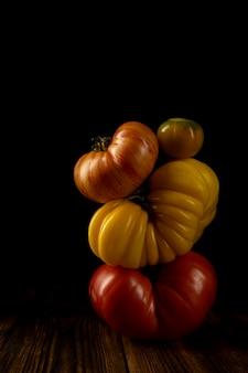 Kompozycja warzywna z dojrzałymi jasnymi pomidorami. równoważenie koncepcji kreatywnej. niski klucz.