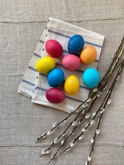 Kompozycja wielkanocna, kolorowe jajka i gałązki wierzby