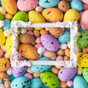 Kompozycja wielkanocna wykonana z kolorowych jaj i ramki vintage.