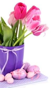 Kompozycja wielkanocna ze świeżych tulipanów i pisanek na białym tle