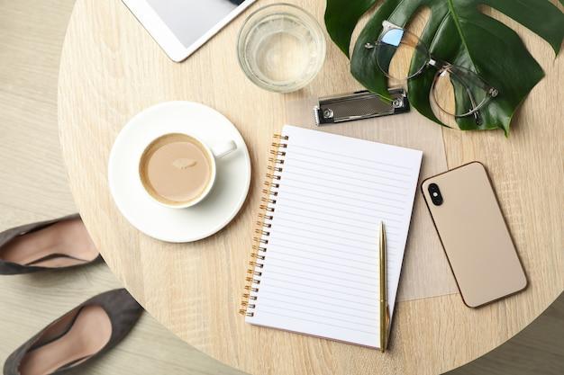 Kompozycja z akcesoriami biznesowymi na drewnianym stole. obszar roboczy bloggera
