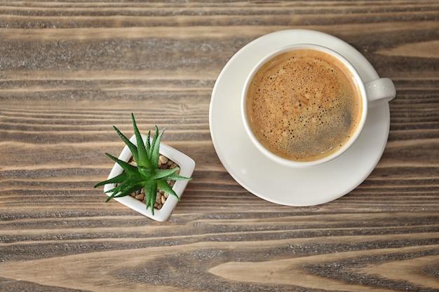 Kompozycja z aromatyczną poranną kawą na drewnianym tle