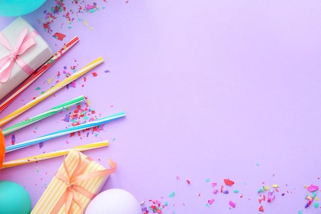 Kompozycja z balonów, prezentów i miejsca na kopię na fioletowym tle