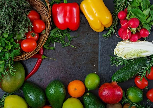Kompozycja z bukietem surowych organicznych warzyw i owoców. dieta detoksykacyjna. widok z góry