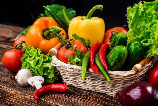 Kompozycja z bukietem surowych organicznych warzyw