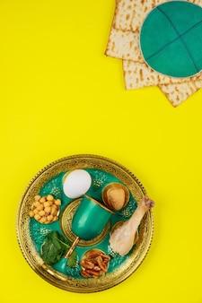Kompozycja z chlebem macy, jarmułką i talerzem sederowym. widok z góry. święto żydowskie paschy.
