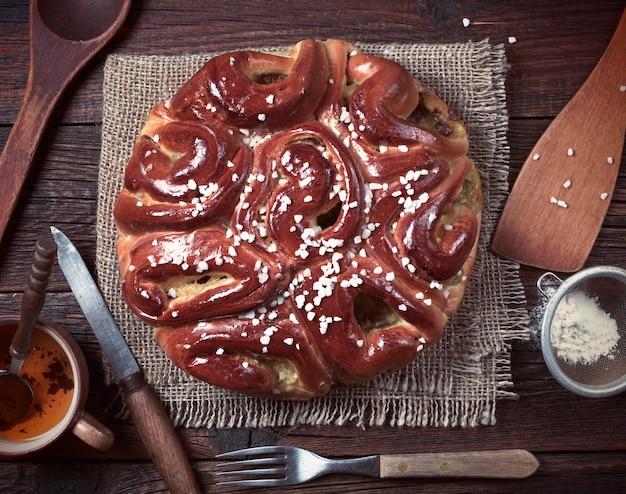 Kompozycja z ciasta i naczynia kuchenne na podłoże drewniane, widok z góry. stonowane zdjęcie