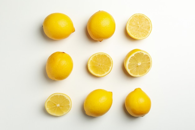 Kompozycja z cytrynami na białej powierzchni. świeży owoc