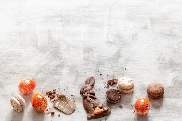 Kompozycja z czekoladowym zającem wielkanocnym i jajkami.